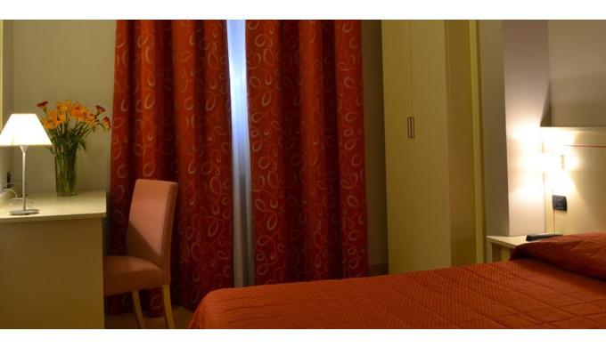 Recentemente rinnovato, l'hotel accoglie i suoi clienti in ventitrè camere modernamente arredate, do...