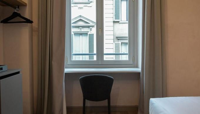 Essenziale ma elegante, la camera Standard è ottima per brevi permanenze. La camera ospita fino a du...