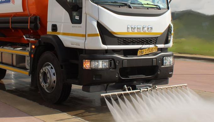 Il s'agit d'un équipement de servitude pour nettoyage et arrosage des routes. Le camion-citerne à ea...