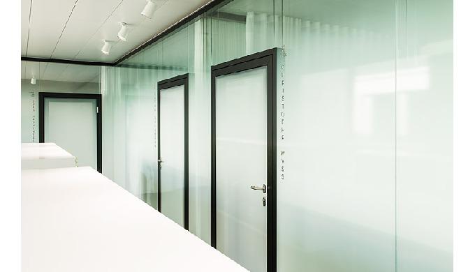 Die Wände des Raum-in-Raum-Konzepts können aus allen Trennwand-Systemen mit ein- und Zweischeiben-Ve...