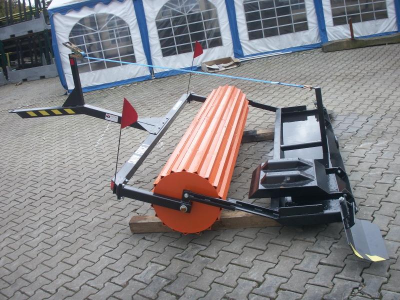 Snow Force I je možno připojit za závěs běžného traktoru. Stroj se skládá ze tří základních částí. V...