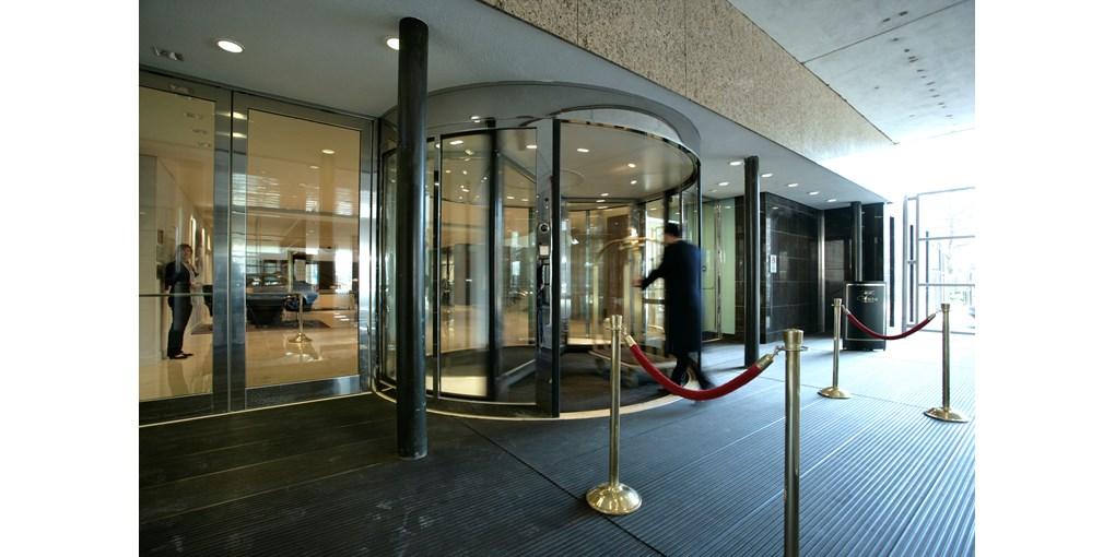 Die Karusselldrehtür ASSA ABLOY UniTurn bietet einen einladenden und geräumigen Eingangsbereich dank...