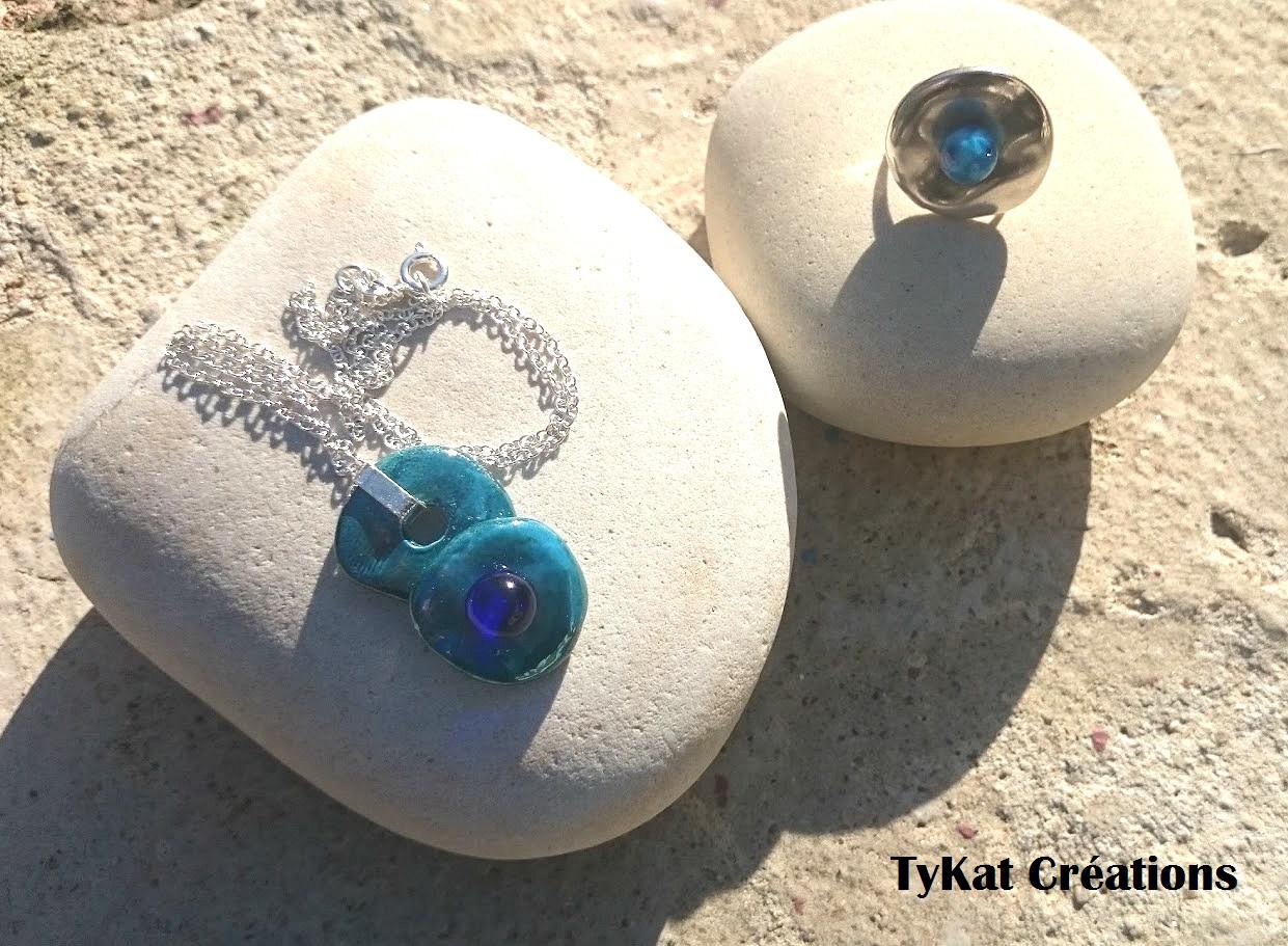 céramique artisanal très brillante au soleil, le pompon au centre est en verre soufflé d'une couleur...