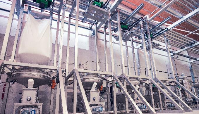 Stazione per lo svuotamento dei sacconi con capacità variabile, adatte sia al carico dei silos che p...