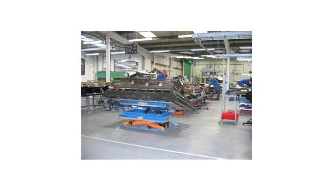 LØFTEBORDE Løftebord som justerbar arbejdsplatform på en Boeing fabrik i England.TRANSLYFT løftebord...