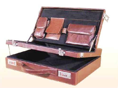 Luxusní ataše kufr s bohatě vybavenou separací na víku, v současnosti dodávaný s kvalitním italským ...
