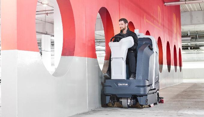 L'autolaveuse Nilfisk SC6000 est la nouvelle génération d'autolaveuses/sécheuses ayant la capacité, ...