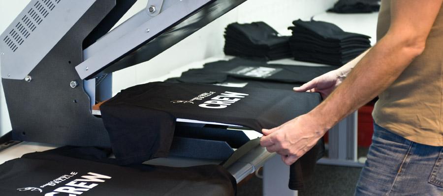 Productie in eigen huis. Max productiecapactieit circa 1000 shirts p/dag. Productie vanaf 1 stuk.