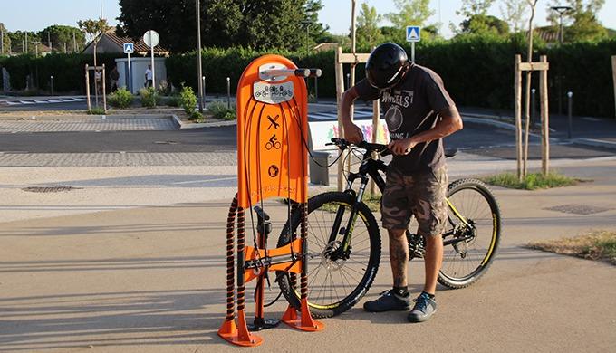 Borne de réparation en libre-service pour les vélos. Descriptif Construction robuste Installation ex...