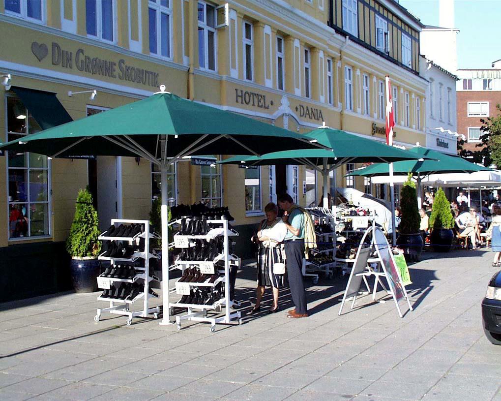 Sun 2000 parasollen kan benyttes både ved boligen og ved butik og restaurant. Vores parasoller er ko...