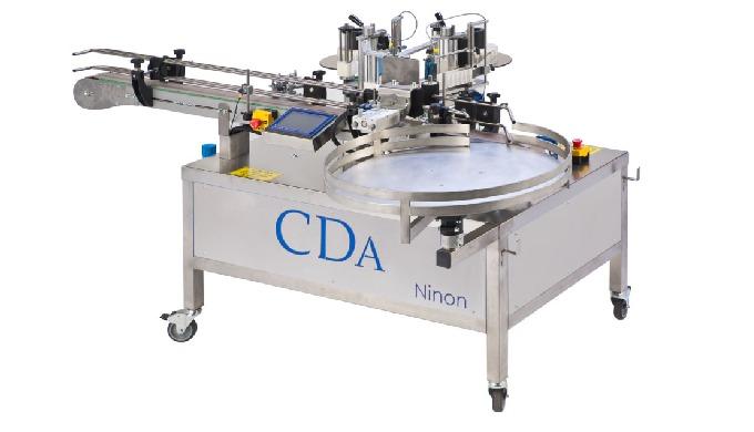 Conçue par CDA, la Ninon Vape est une étiqueteuse automatique linéaire, pensée pour les acteurs du s...
