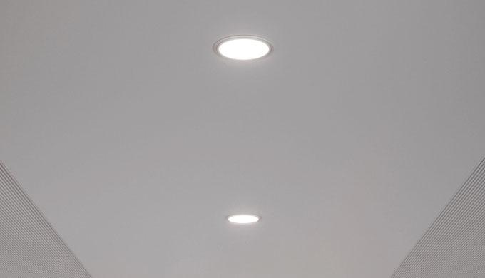 • Downlight LED per l'illuminazione di postazioni di lavoro e di ambienti nonché di corridoi • Per i...