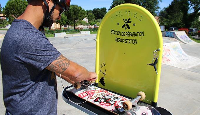 Station de réparation en libre-service pour les vélos, matériels de glisse urbaine (skateboard, roll...