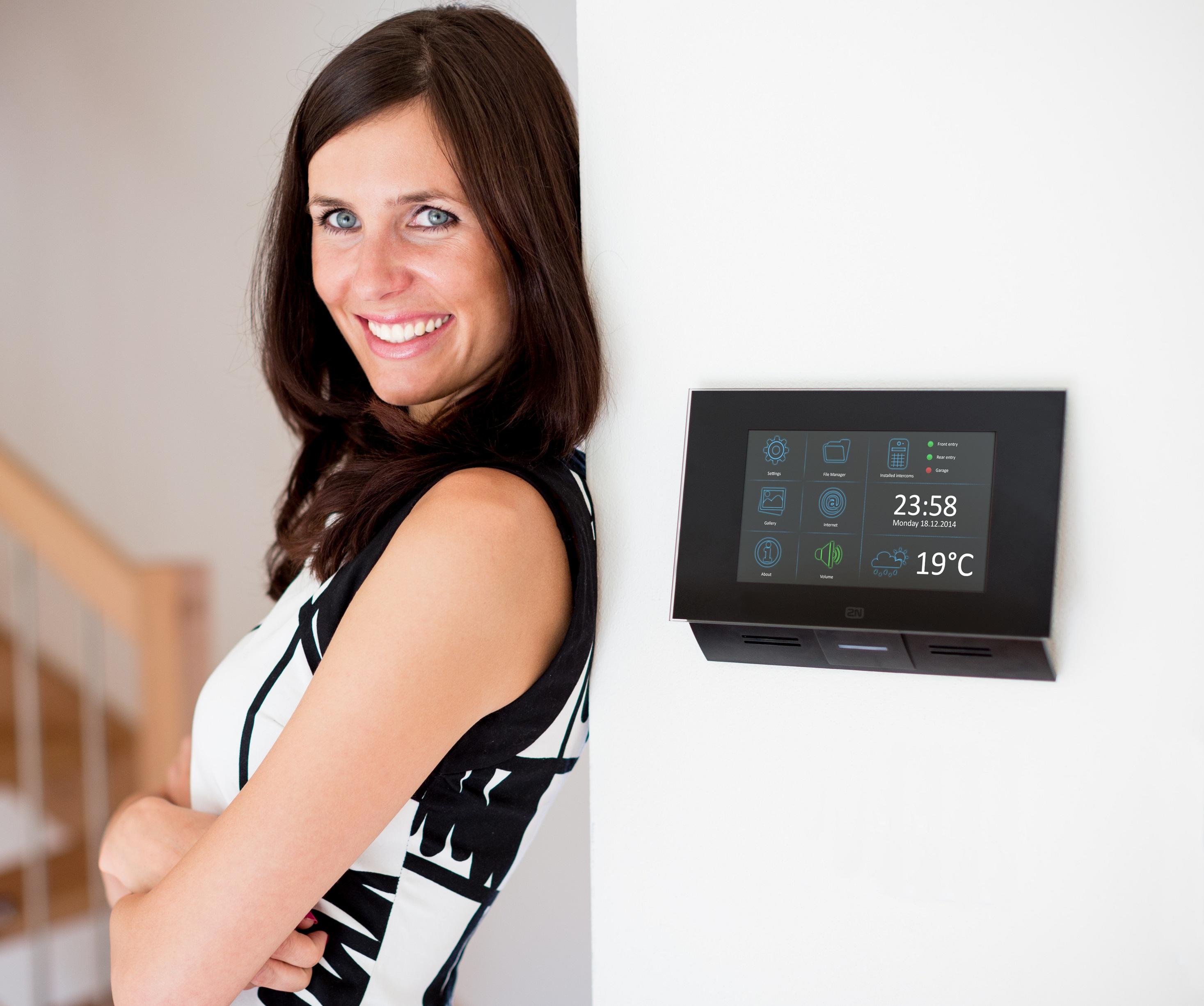 Luxusní řešení dveřní komunikace Elegantní vnitřní dotykový panel 2N® Indoor Touch tvoří společně s ...
