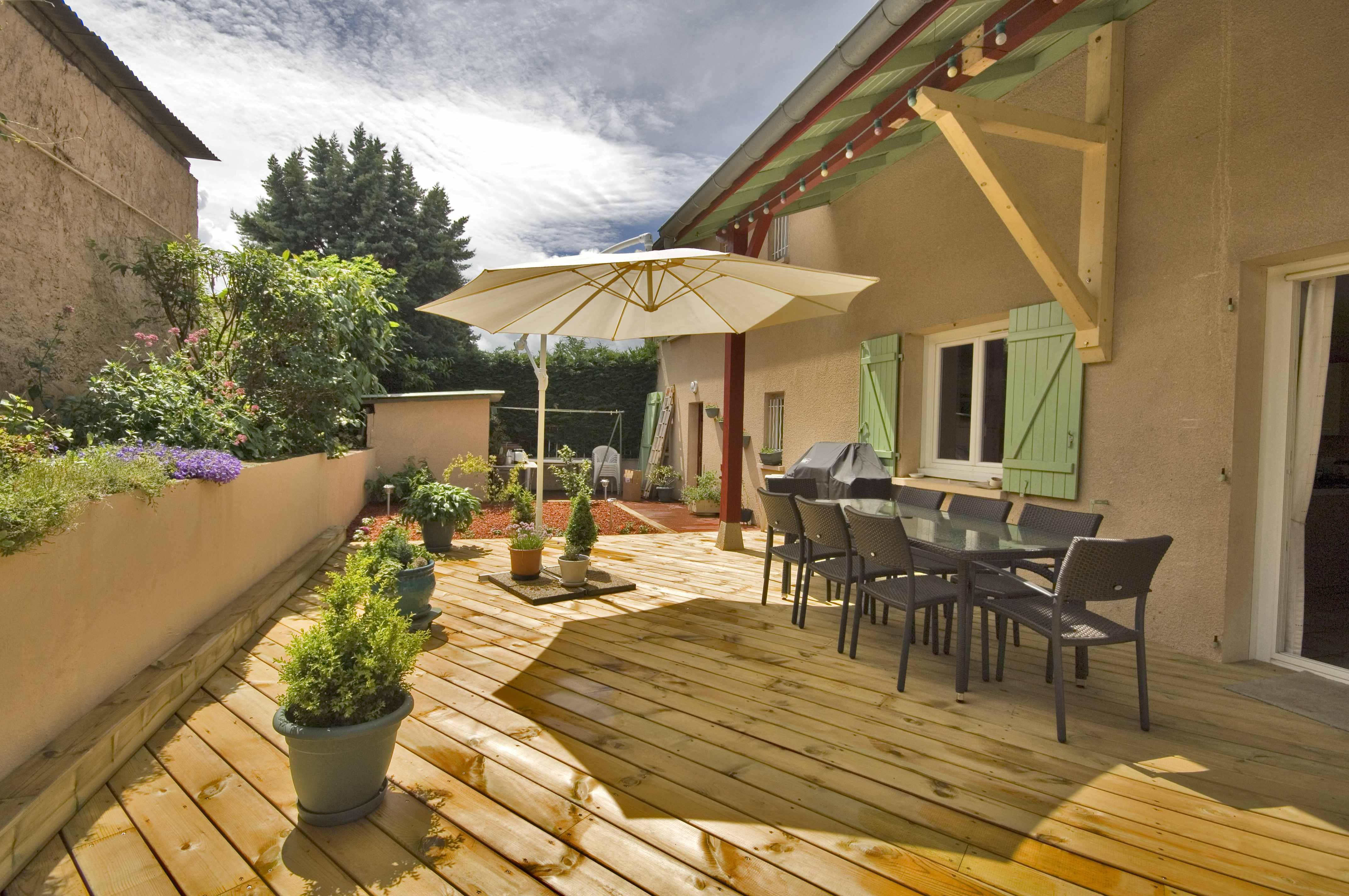 Spécialiste de la terrasse en bois sur tout terrain, plat ou en pente. Embellissement des terrasses ...