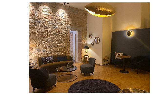 L'espace salon du Papillon bleu se configure en salle de conférence pouvant accueillir jusqu'à 25 pe...