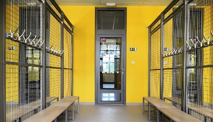 Pro školy, univerzity a sportoviště navrhujeme a dodáváme modulové drátěné šatny a šatní boxy. Konst...