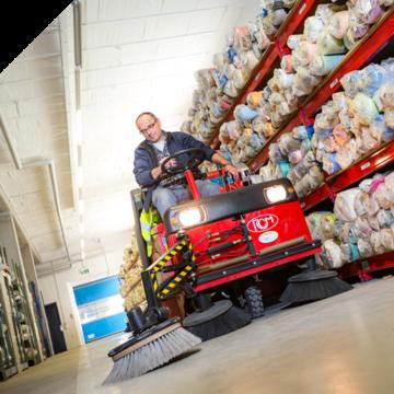 Sauberkeit, ohne Arbeitsprozesse zu stören: Produktions- und Lagerhallen Maschinen und Gerätschaften...