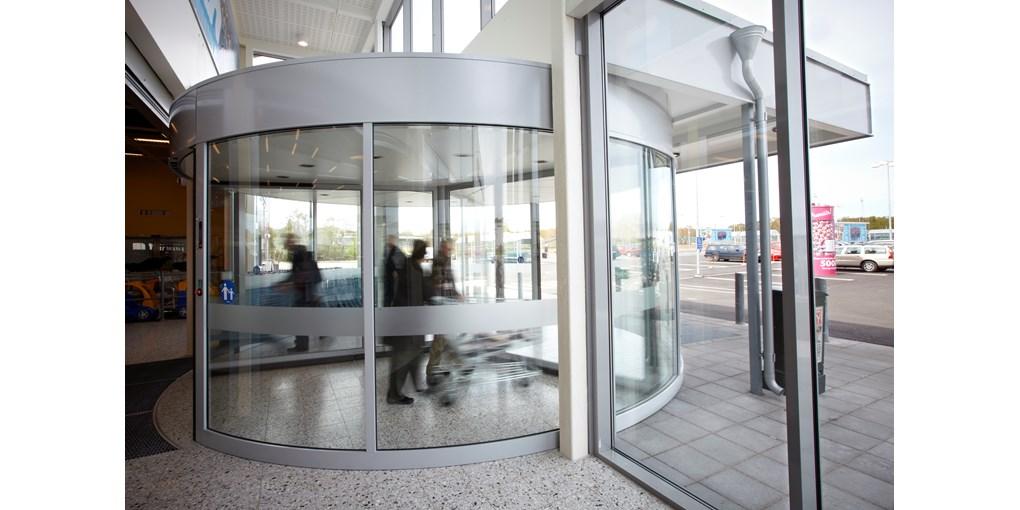 Die Karusselldrehtür ASSA ABLOY RD3L schafft einen großzügigen und einladenden Eingangsbereich, den ...