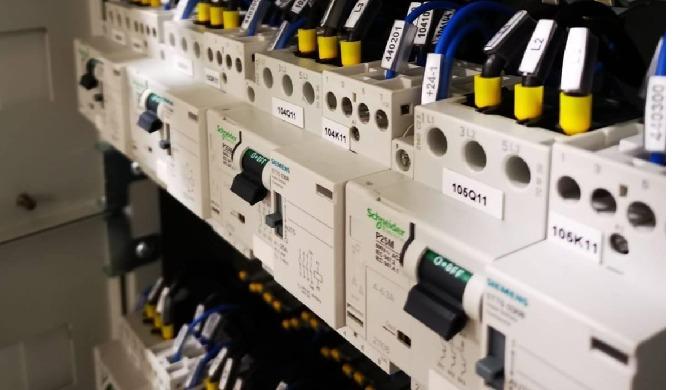 Progettiamo e sviluppiamo soluzioni per la gestione dell'energia all'interno di edifici o di impiant...