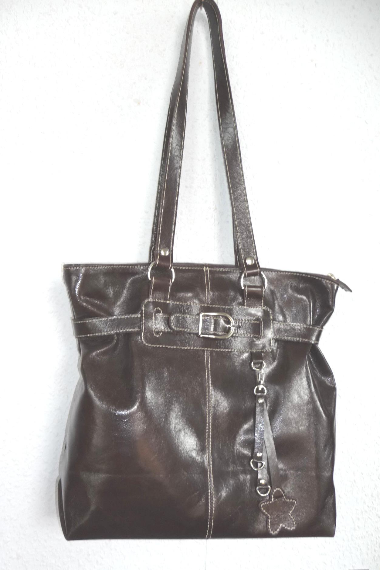 Dámská kabelka uzavíraná zipem. Velké vnitřní oddělení s 1 zipovou kapsou. K nošení v ruce i přes ra...