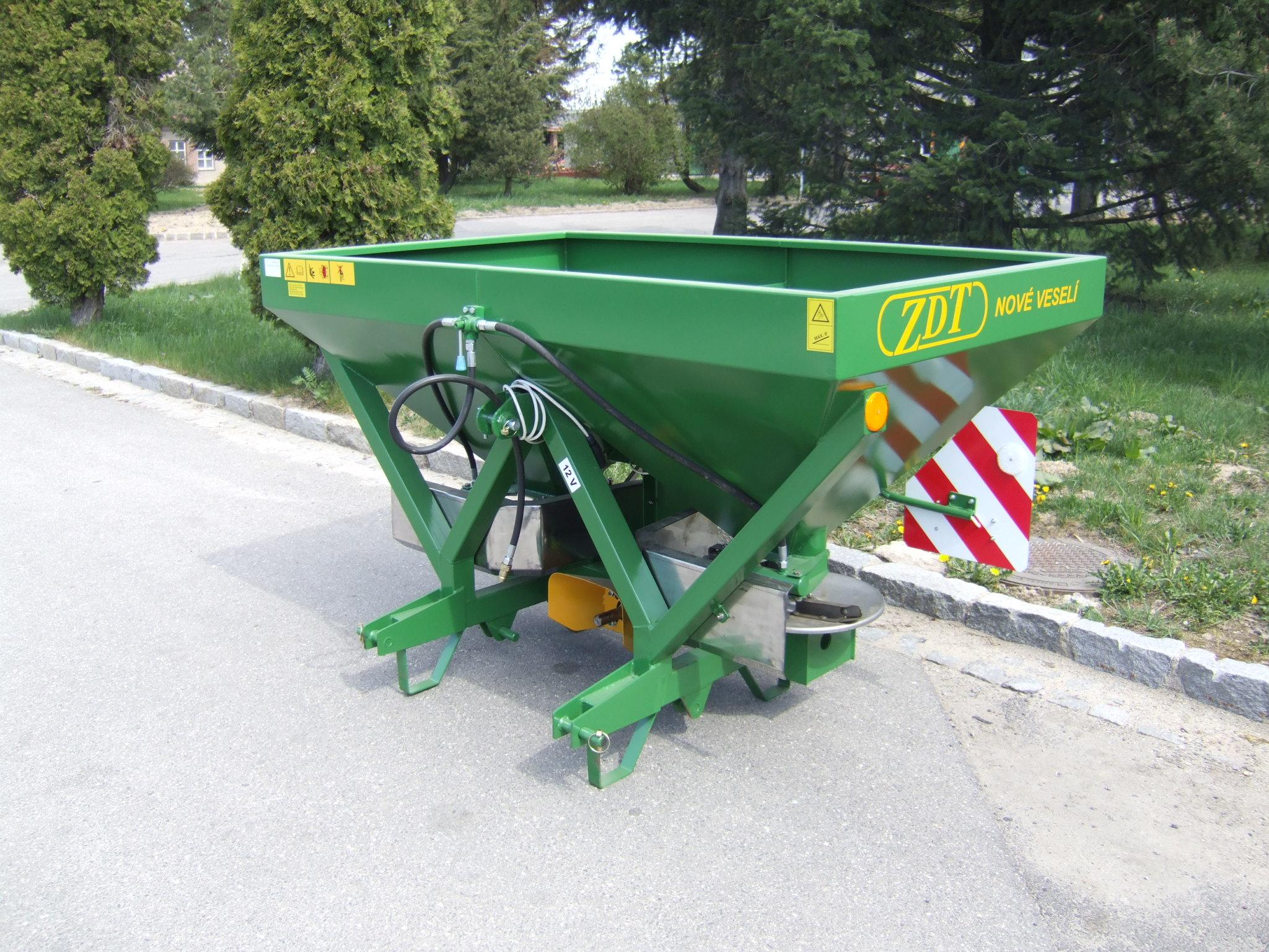 Nesené rozmetadlo průmyslových hnojiv RM 1-070. Užitečná hmotnost 800 kg. Ekonomický model, jednoduc...