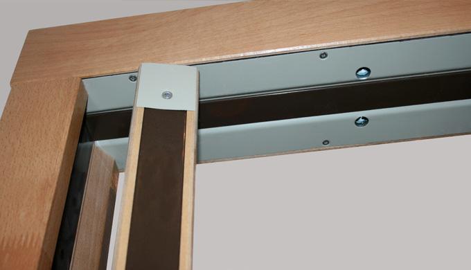 Huisseries pour portes bois à pivot de linteau EI30 ou EI60 : • Profil avec rainure arrière pour por...
