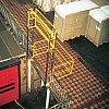 Barrière-écluse coulissante verticale pour plate-forme de dimensions réduites